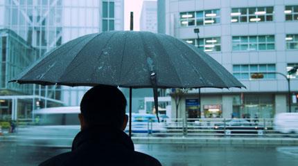 uomo-con-ombrello