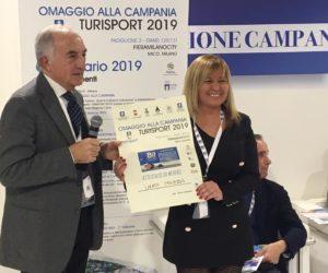 Laura Mazza riceve l'attestato di merito Turisport 2019